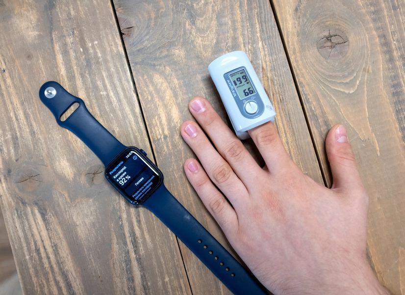 Apple Watch или пульсоксиметр:  что точнее измеряет уровень кислорода в крови