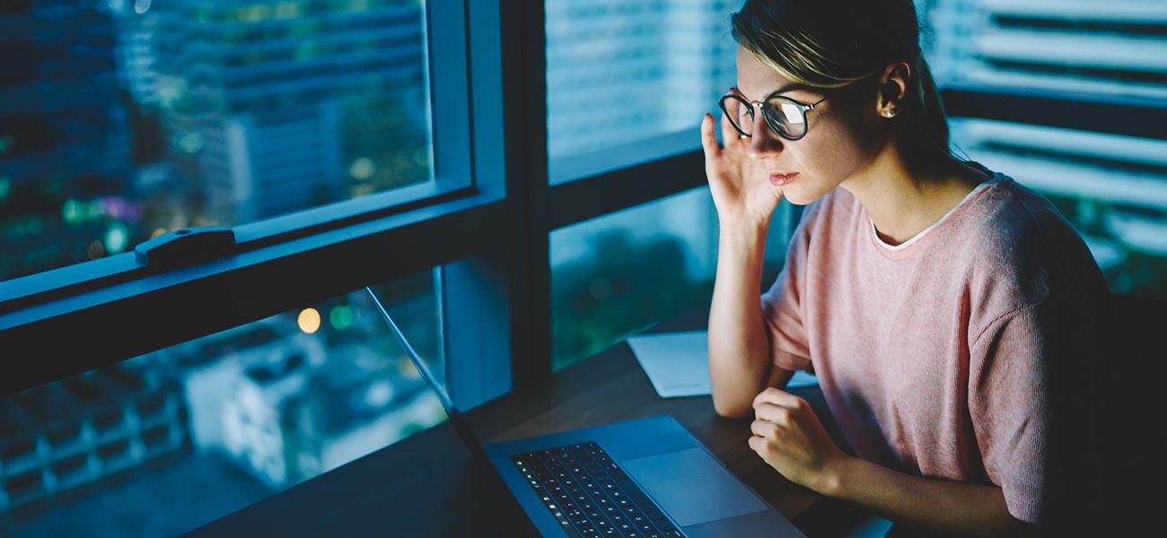 Помогут ли очки для компьютера защитить глаза? Отвечает офтальмолог